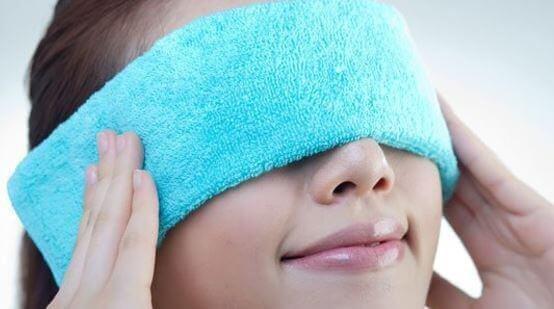 Đắp bằng khăn ẩm và ấm khi bị khô mắt